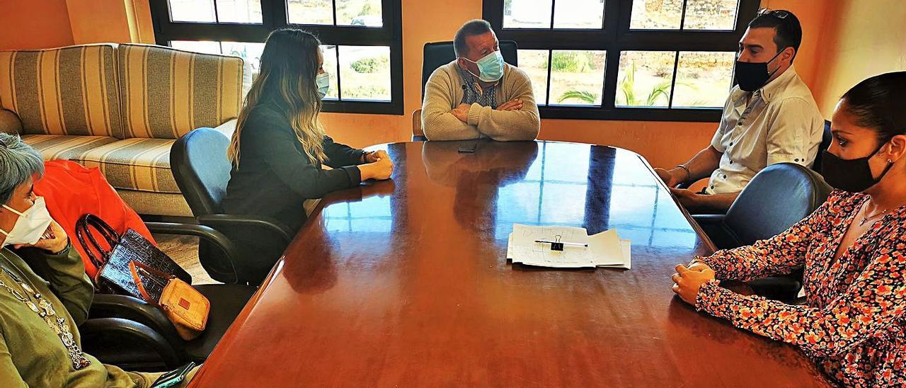 El alcalde de Antigua, Matías Peña (c), durante la reunión con los representantes del colectivo AREA. | | LP/DLP