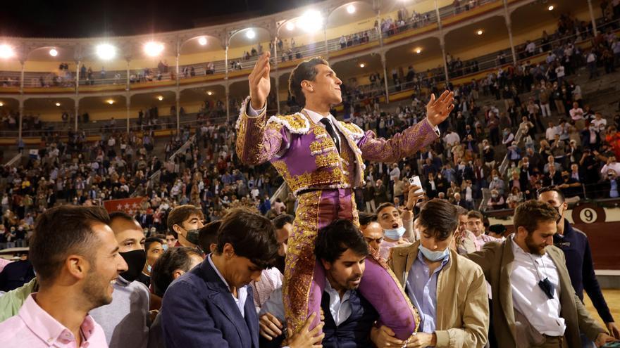 Ginés Marín sale a hombros de jóvenes tras otra lección morantista