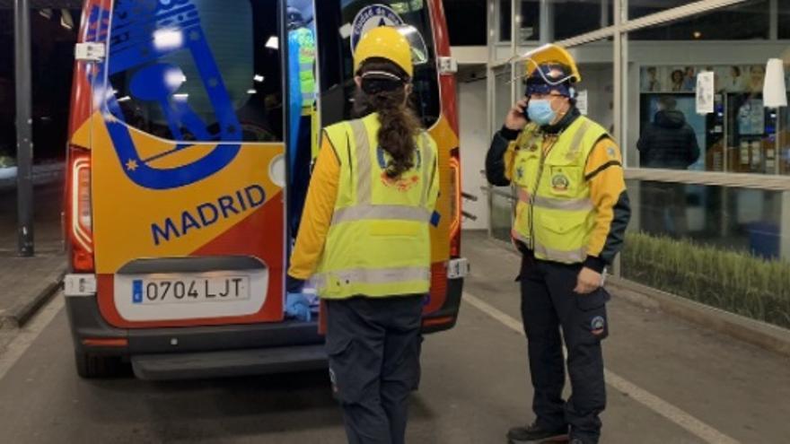 El Samur atiende a una bebé de unos cinco días abandonada en una bolsa en una plaza de Madrid