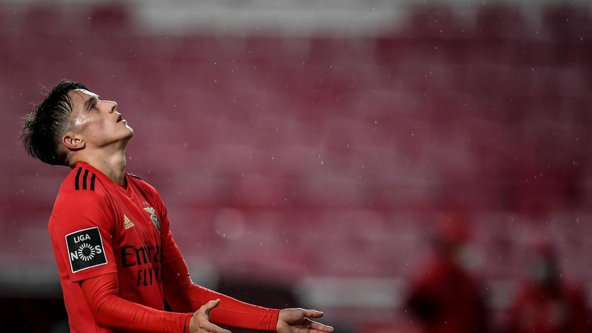El jugador argentino Cervi, en un partido con el Benfica.