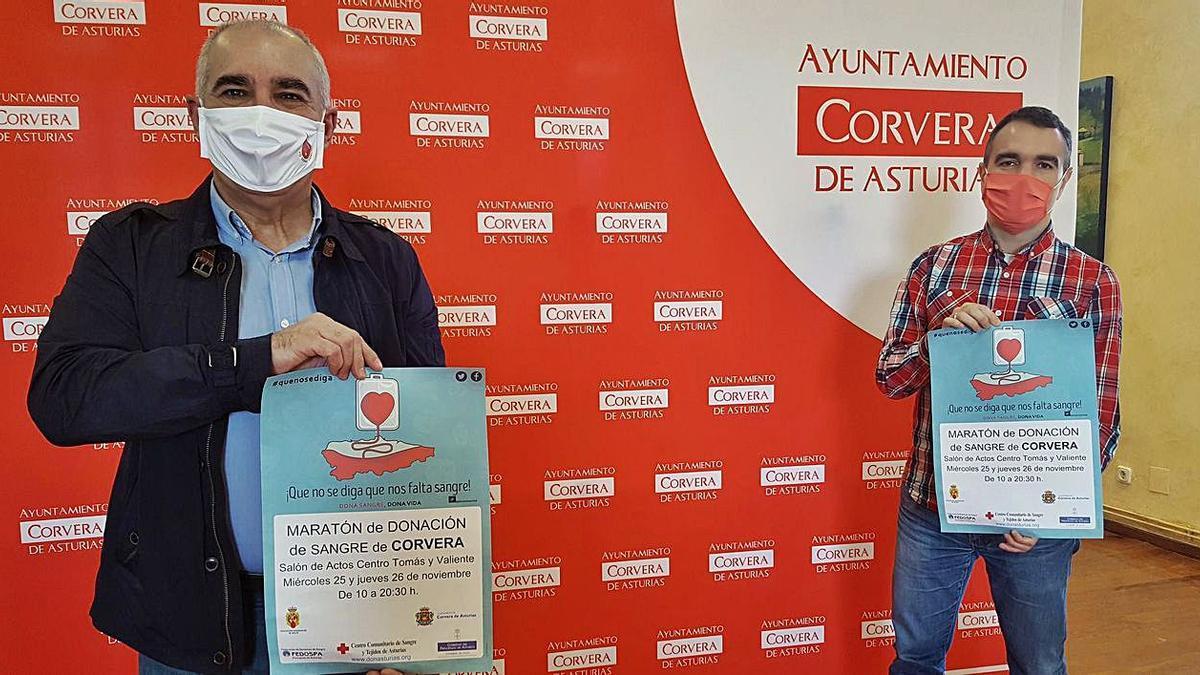 Por la izquierda, Carlos Vigil, presidente de la Asociación de Donantes de Sangre de Avilés y Corvera, y el alcalde, Iván Fernández, ayer, en la presentación de la iniciativa.