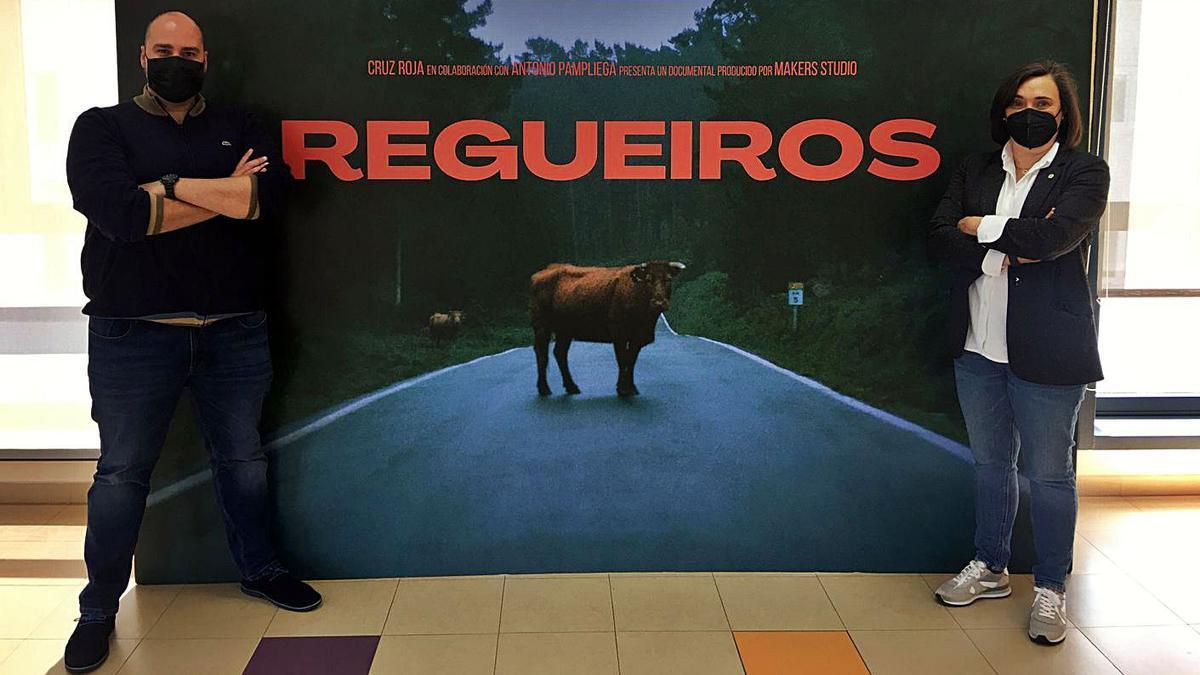 Antonio Pampliega posa junto al cartel del documental Regueiros.  | // LOC