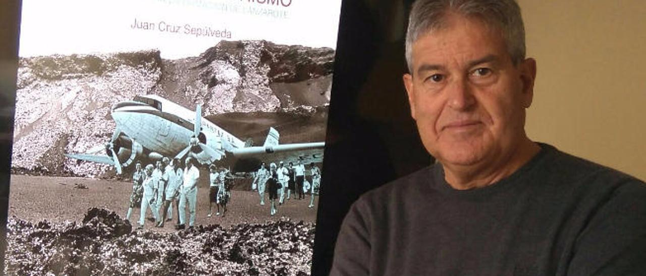 Juan Cruz Sepúlveda, junto a la portada de su nuevo libro.