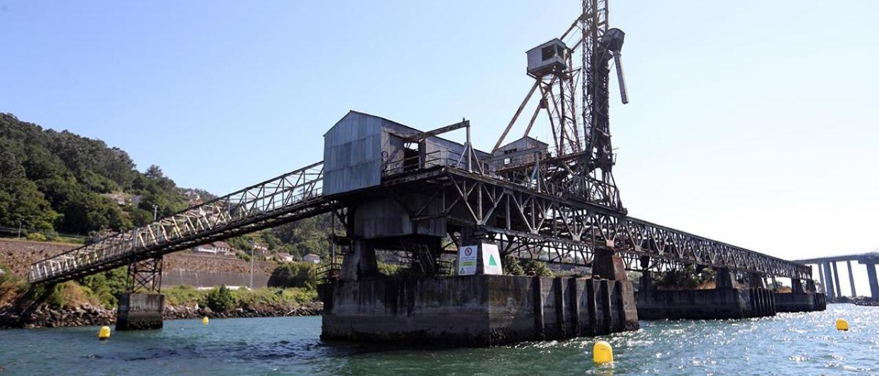 El cargadero de mineral de Rande, balizado para evitar que los barcos se acerquen.
