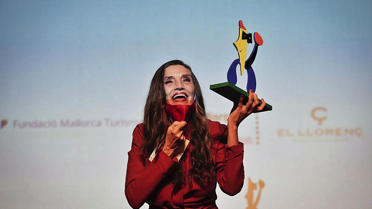 La actriz Ángela Molina sostiene el premio Honorary del festival, en el Teatre Principal.