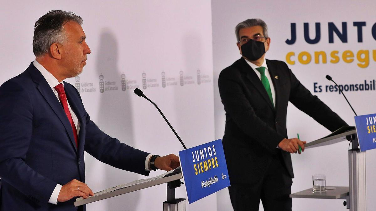 Ángel Víctor Torres y Román Rodríguez durante la rueda de prensa en la que presentaron el plan extraordinario de ayudas.