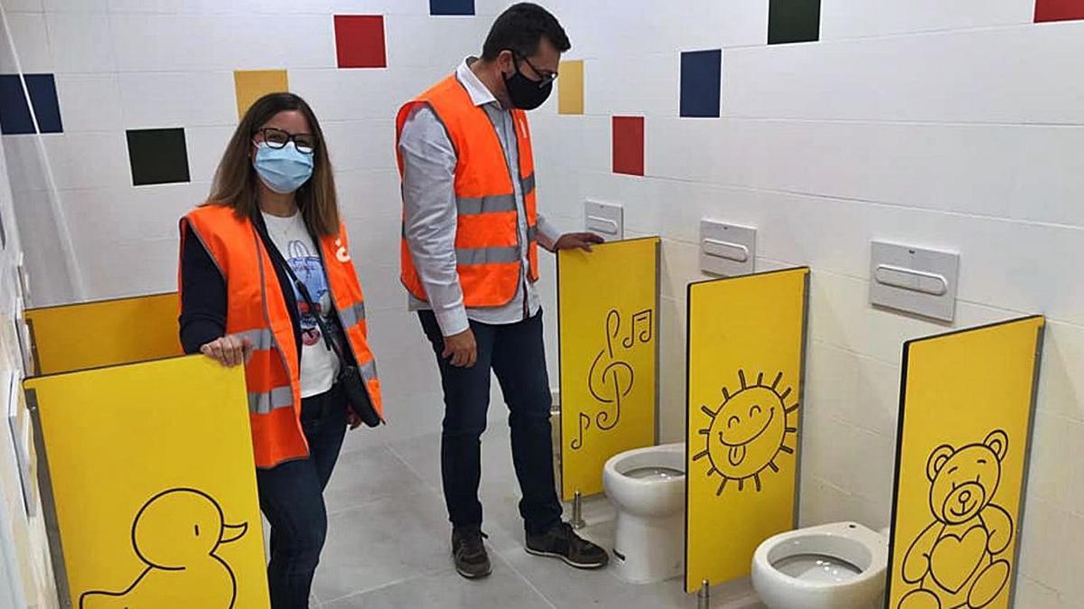 El alcalde junto a la concejala supervisando las obras de los baños del colegio. | A. A.