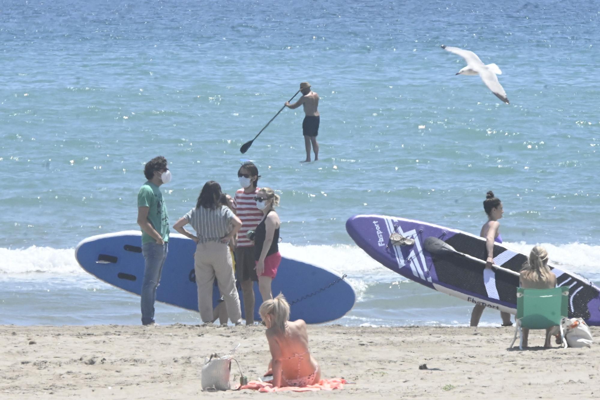 Aficionados al surf, en la playa de Castelló