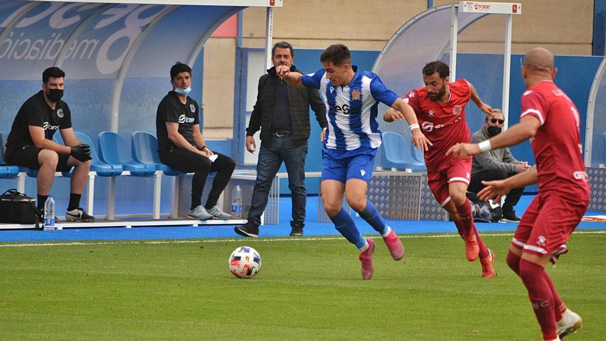 El canterano aguileño Morillas, quien debutó como titular, conduce el balón. | JAIME ZARAGOZA