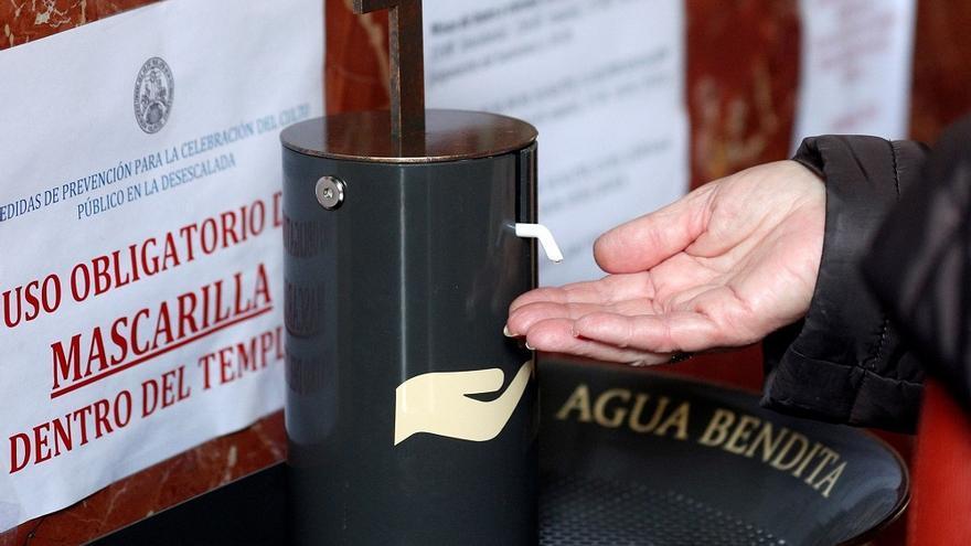Dispensadores de agua bendita para evitar contagios en las iglesias