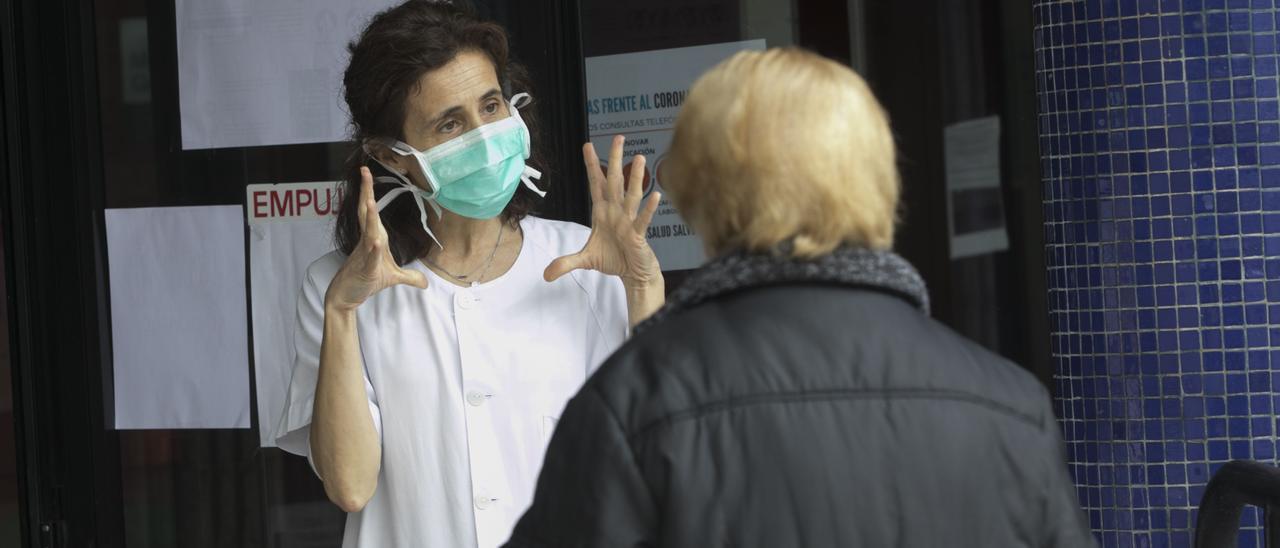 La médica Mercedes López en el Centro de Salud de Soto del Barco