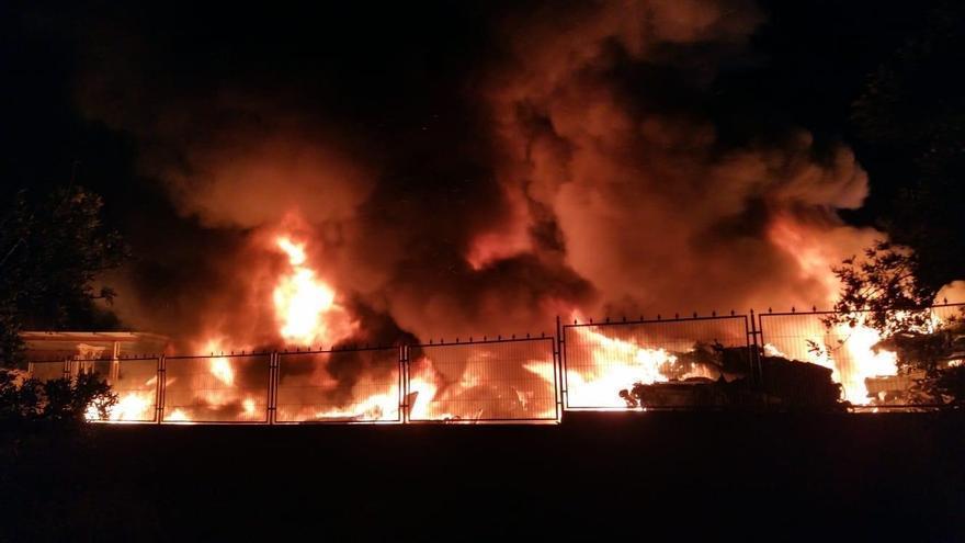 Los bomberos extinguen un incendio provocado por mobiliario urbano en Peña de las Águilas