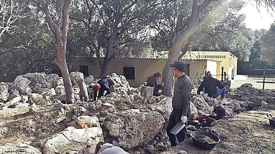 Arqueólogos trabajan para consolidar los dos 'talaiots' de Son Serra, en Muro