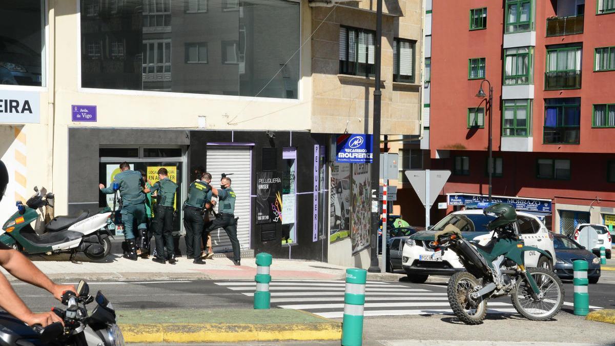 El momento de la detención de los sospechosos en Cangas. / Gonzalo Núñez