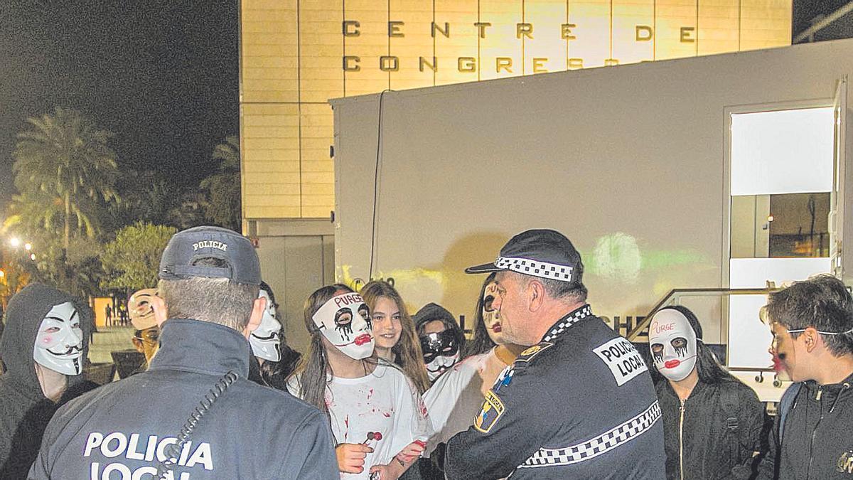 El dispositivo desplegado por la Policía Local de Elche en Halloween, en imagen de archivo. Antonio Amorós