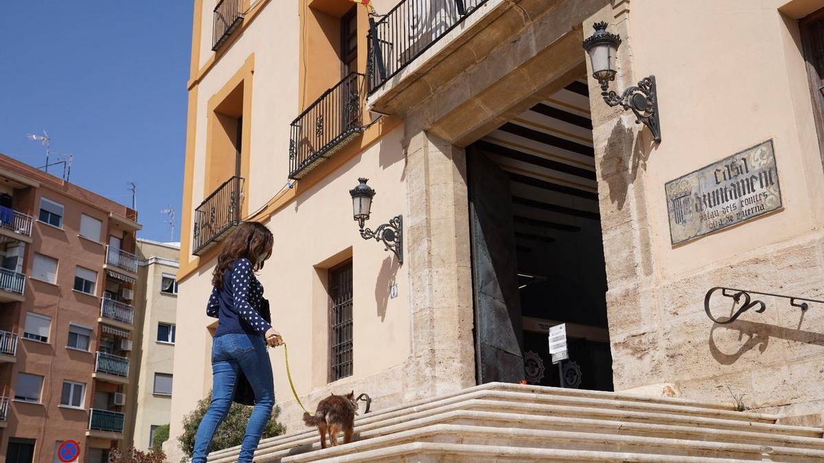 Una vecina accede al Ayuntamiento de Paterna con su mascota