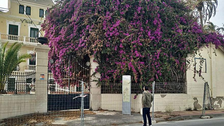 La cancela de Villa Marco lleva casi año y medio precintada por riesgo de derrumbe
