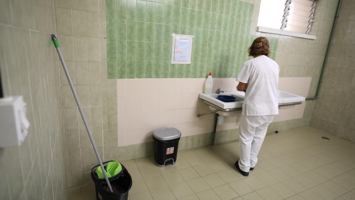Limpieza con medidas covid en un centro de Infantil y Primaria de Torrevieja