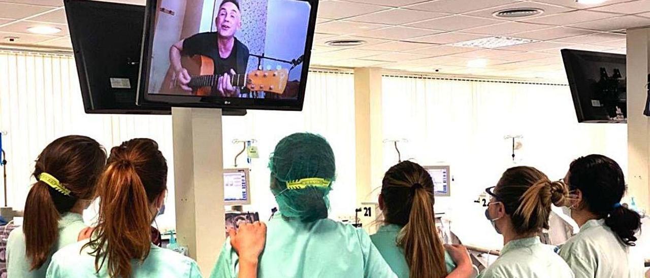 Los pacientes de Torrevieja y Vinalopó disfrutan de un concierto virtual solidario de Álex de la Nuez.