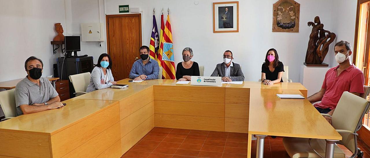 Presentación del tercer plan de fosas del Govern, ayer, en la sede del Consell de Formentera.   C.C.