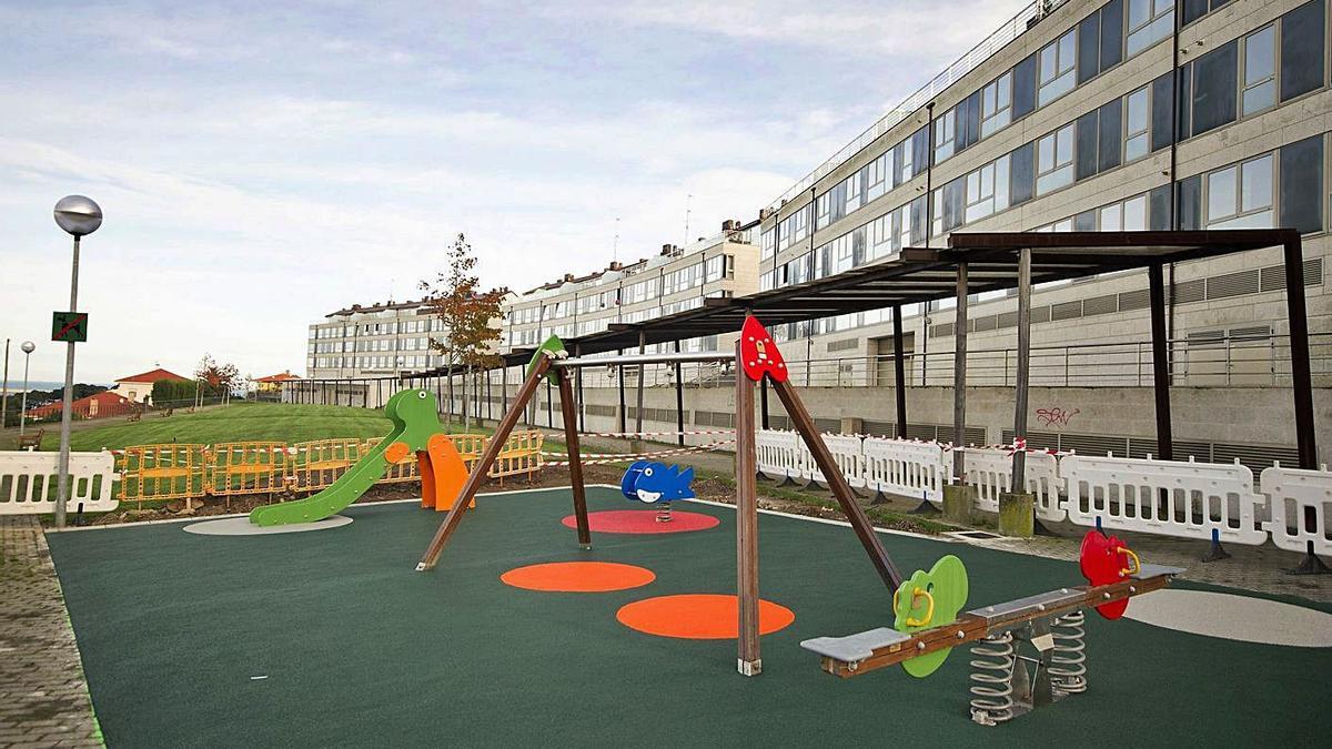 Parque infantil número 63, instalado por el Concello en 2014 en O Miradoiro, en Perillo.     // L.O.