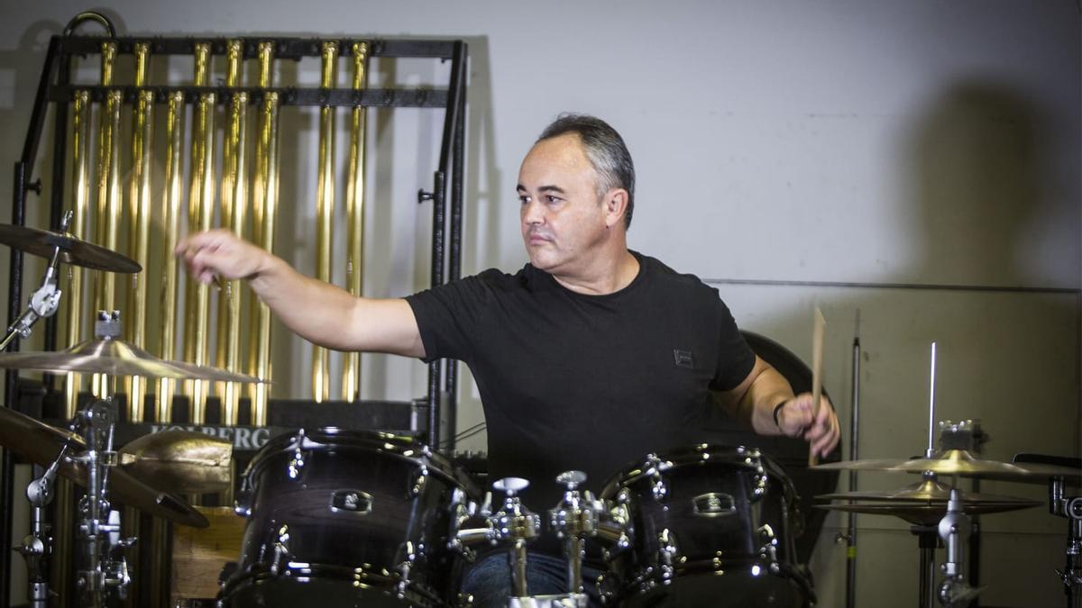 Javier Eguillor con su batería, instrumento que pondrá al frente de banda y orquesta.