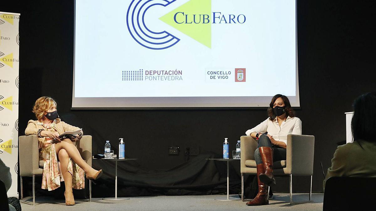 Virginia Gasull (d.)  y Teresa Cendón, ayer en el Club FARO. |  // RICARDO GROBAS