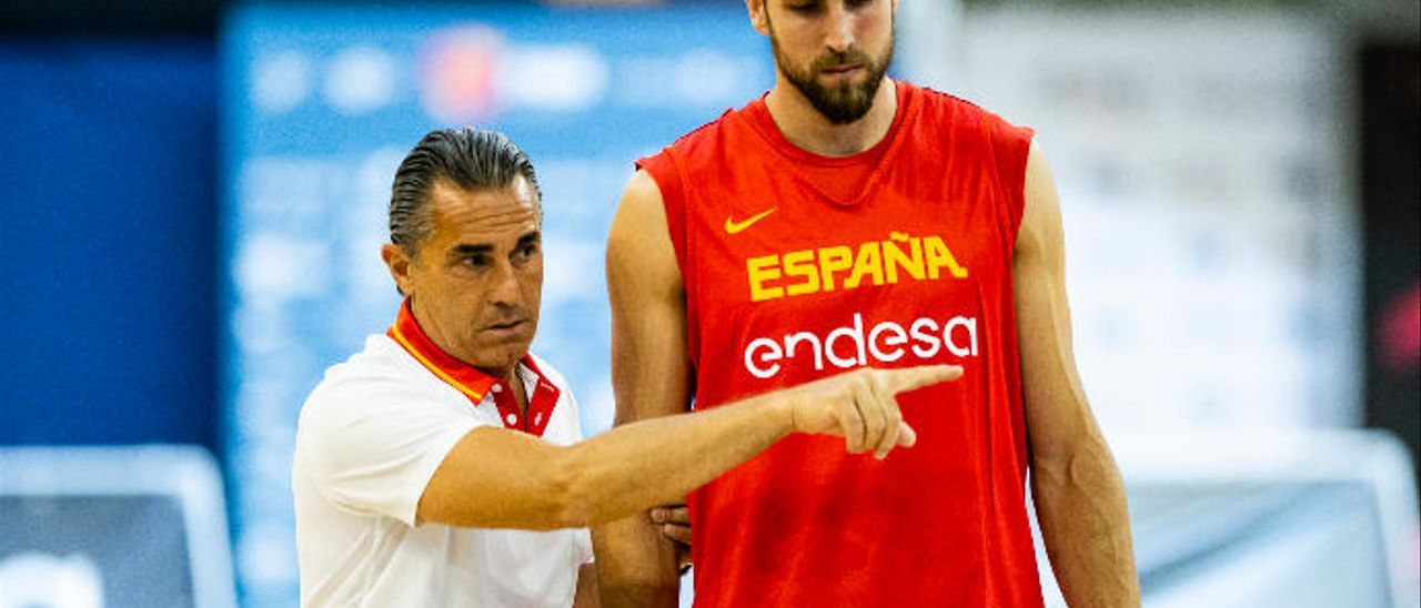 Pablo Aguilar, junto a Sergio Scariolo en el entrenamiento de España.