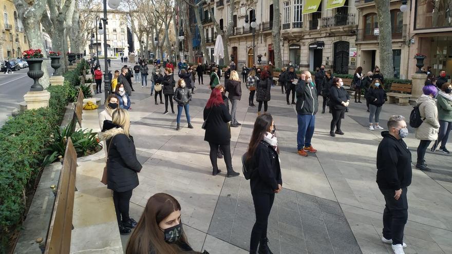 Un centenar de personas se cita en la protesta prohibida de las peluquerías