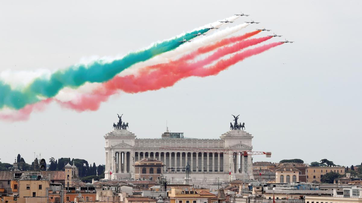 Aviones militares dibujan la bandera de Italia sobre la céntrica plaza de Venecia de Roma en el Día de la República