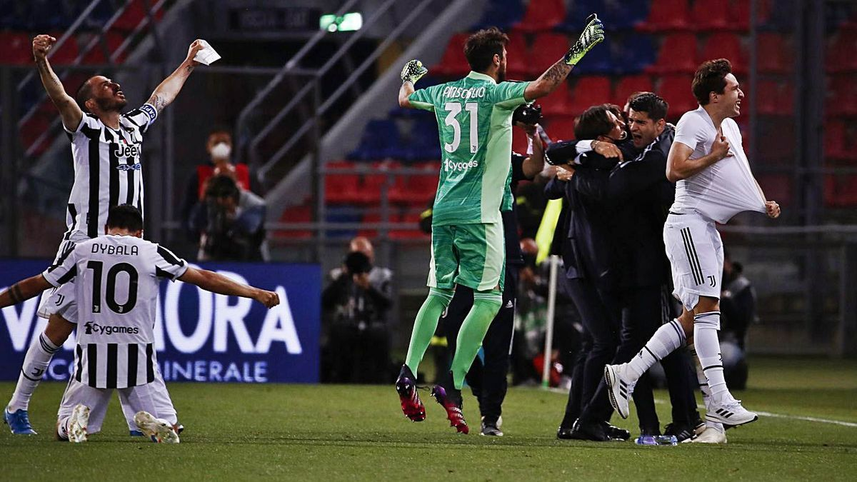 Jugadores y técnicos de la Juve celebran un triunfo que les lleva a la Champions.    // ELISABETTA BARACCHI