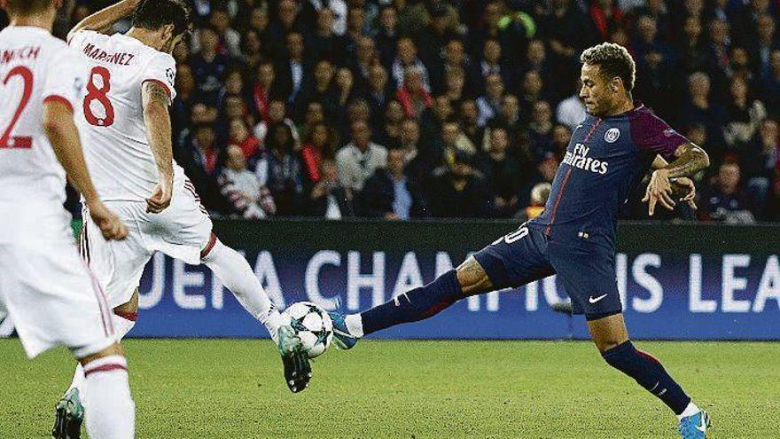 Alves, Cavani y Neymar marcan en la goleada del PSG al Bayern