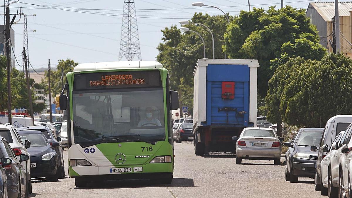 Autobús en Las Quemadas | Un servicio lanzadera de Aucorsa rodea desde ayer el polígono.