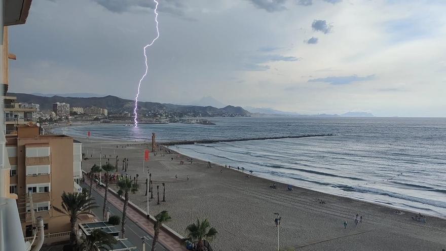Así ha sido el impresionante impacto de un rayo en la playa de El Campello