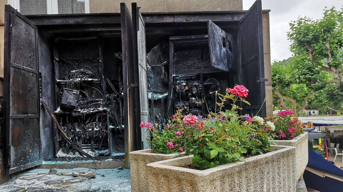 Estado en el que ha quedado el transformador eléctrico que ha sido pasto de las llamas en el paraje de Sant Josep.