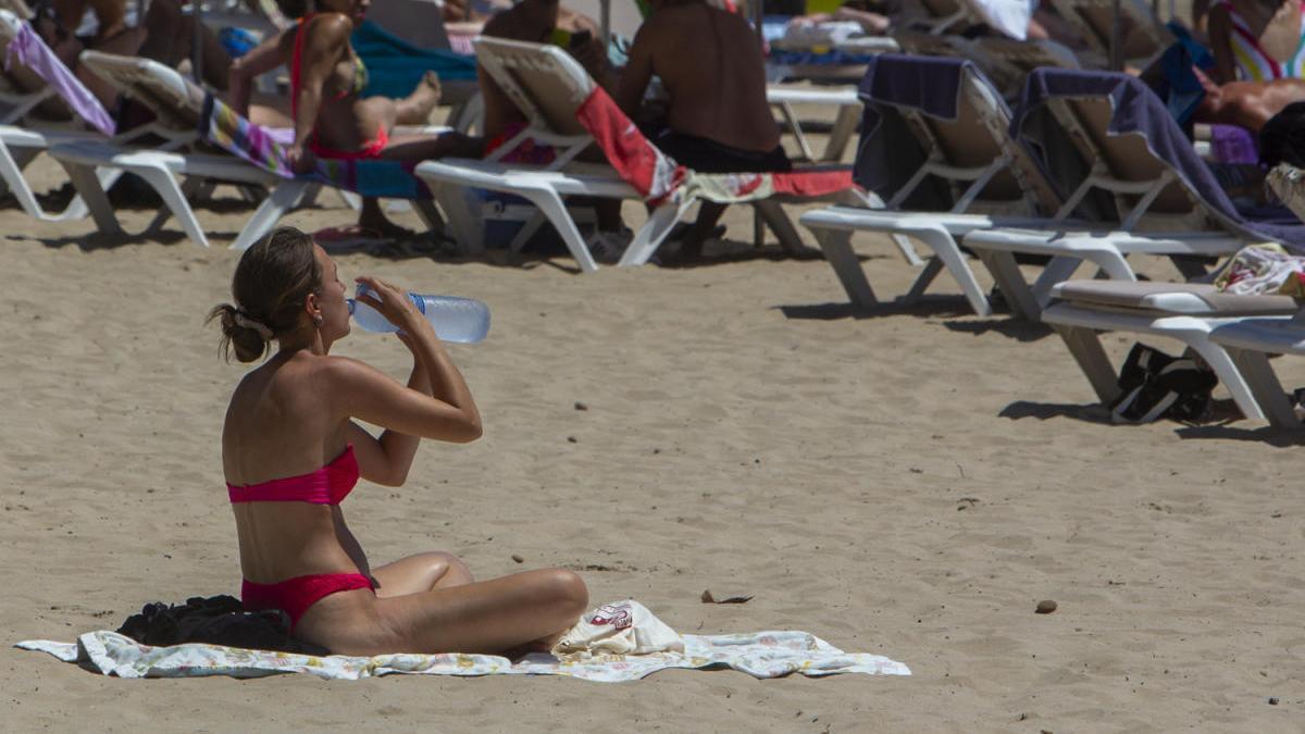 Imagen del Postiguet durante la última ola de calor la semana pasada