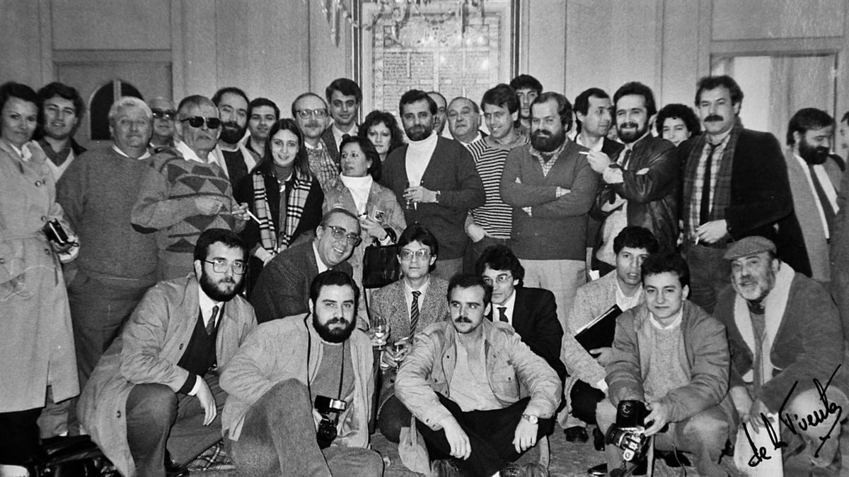 Julio Anguita, en el centro, posa con la prensa cordobesa en 1986.