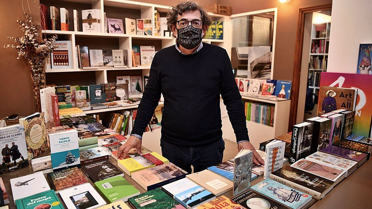 Ramón Domínguez, na súa libraría, Formatos.    // CARLOS PARDELLAS