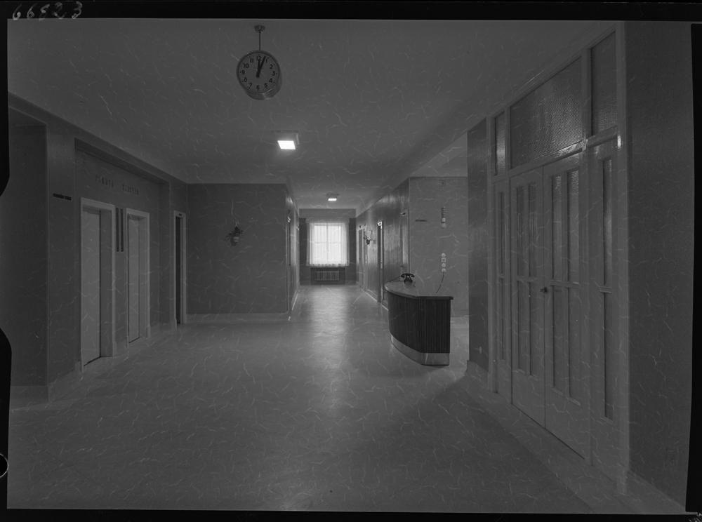 Pasillo con puertas en los lados y mostrador de informaci�n en un lateral.jpg