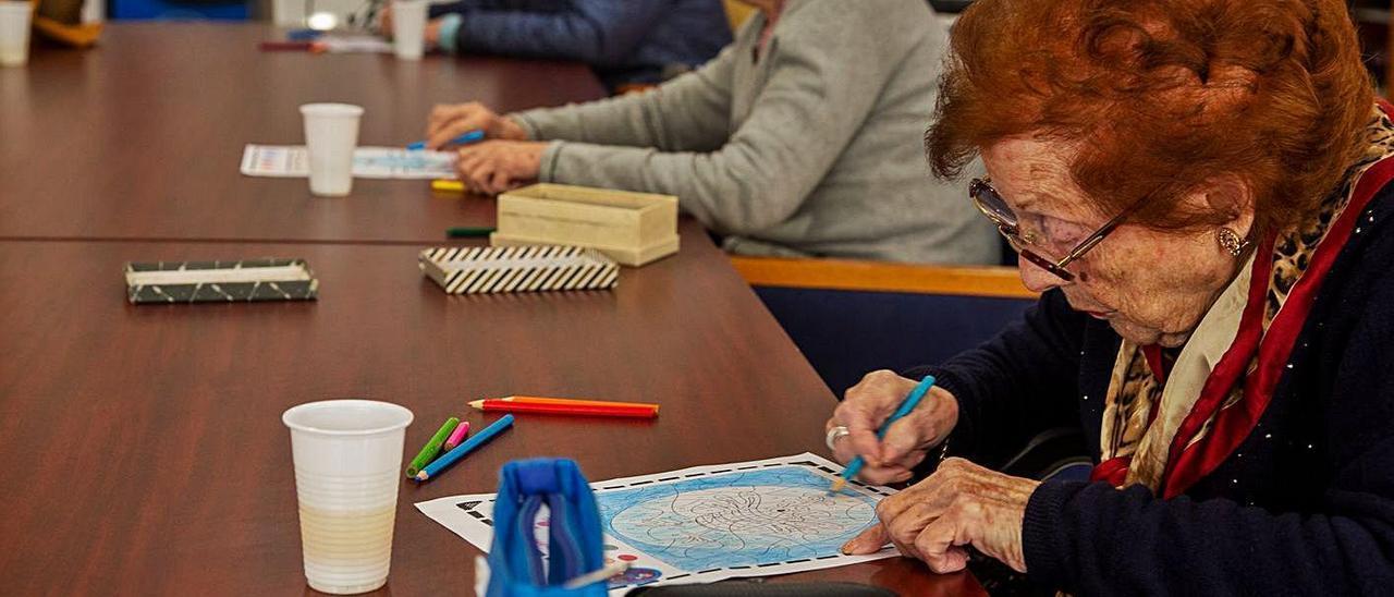 Varias ancianas participan en un taller de dibujo.