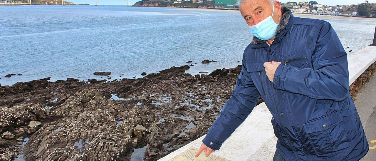 El castropolense José María Llenderrozos, ayer, señalando la placa colocada en el paseo del muelle. | T. Cascudo