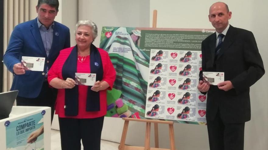 Correos y Manos Unidas presentan el primer sello solidario en Málaga