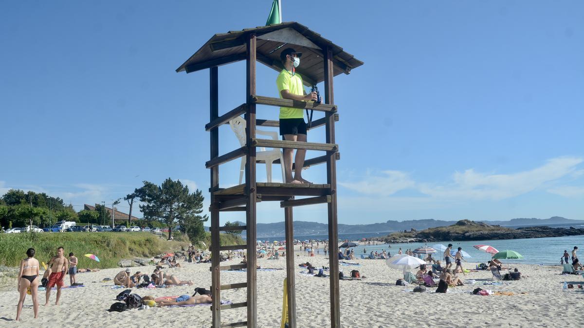 Un socorrista vigila la playa de Areas/ Rafa Vázquez