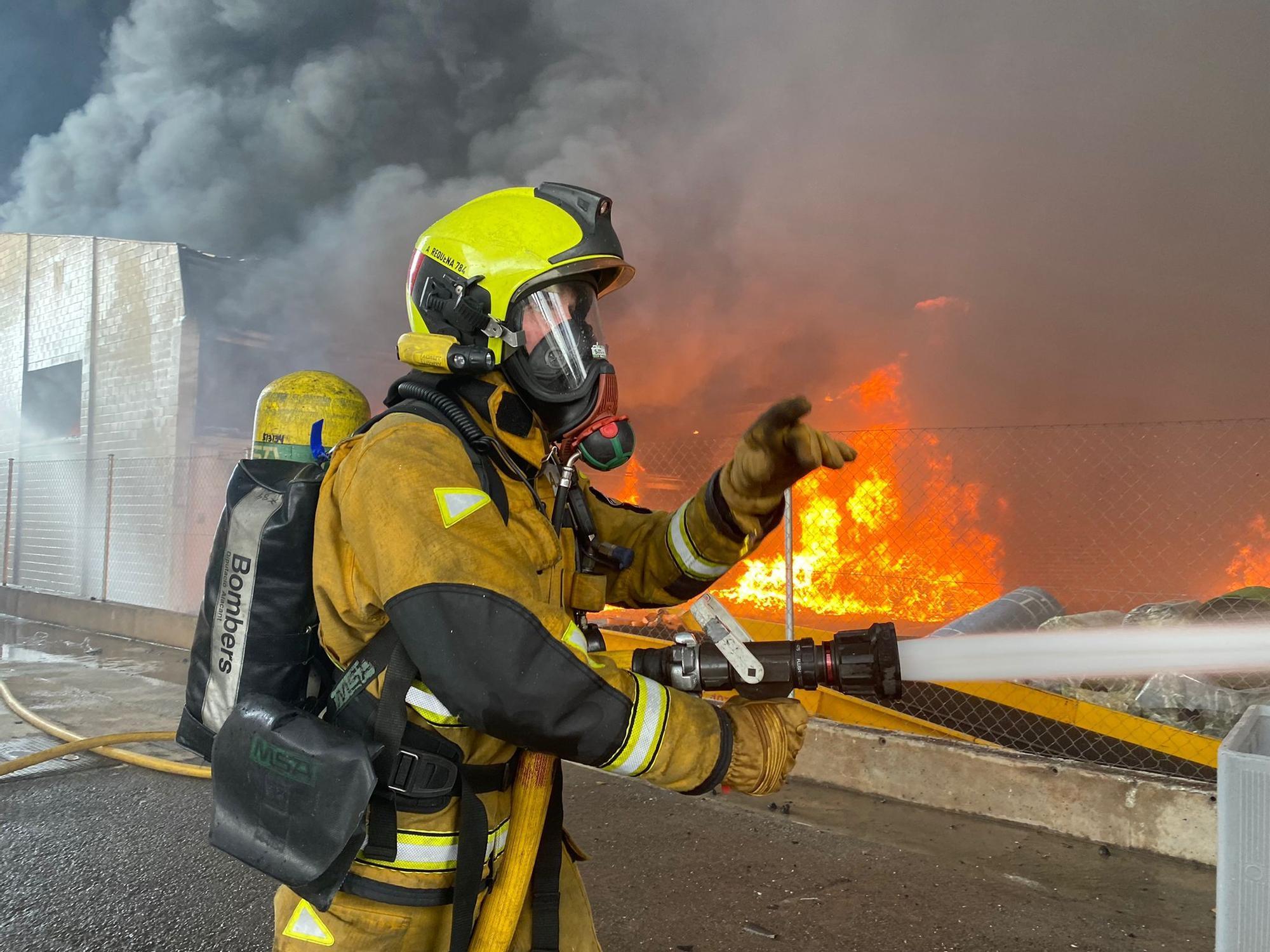 Impactantes imágenes del incendio de la fábrica San Vicente del Raspeig