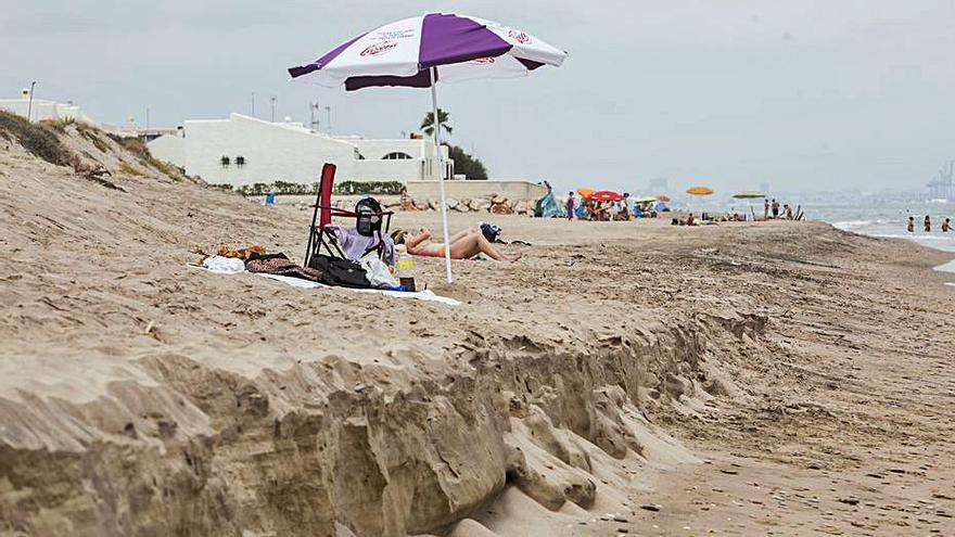Los vecinos de  la  Devesa  se  oponen a mover las dunas para recuperar playa
