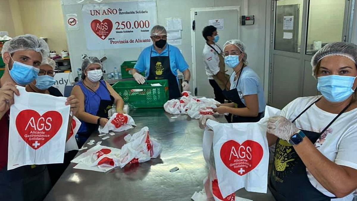 Reparto de comida en    Los Palmerales | INFORMACIÓN