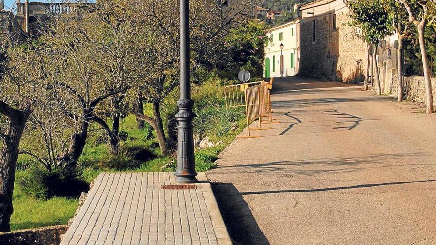 La acera de la calle del cementerio se queda sin finalizar y vallada