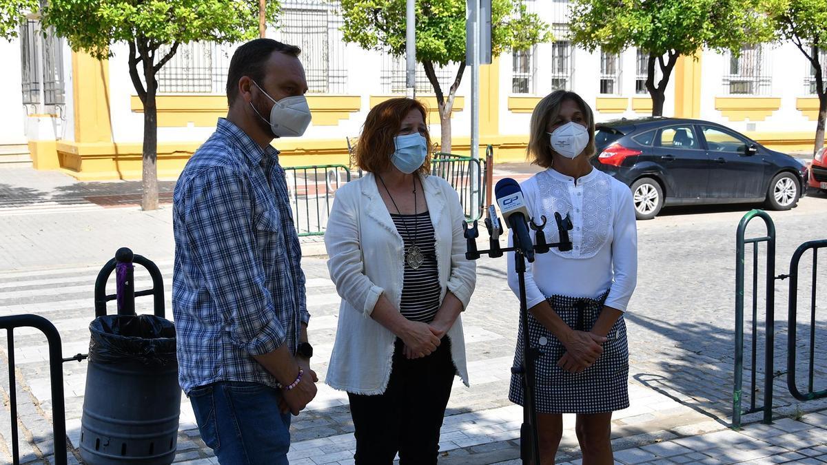 Fran Corral, Esperanza Caro de la Barrera y Montse León, a las puertas del CEIP El Parque.