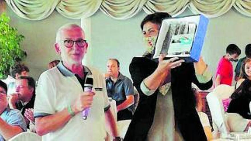 L'AV del Calvet homenatja l'Ajuntament  i l'equip mèdic per la gestió de la covid-19