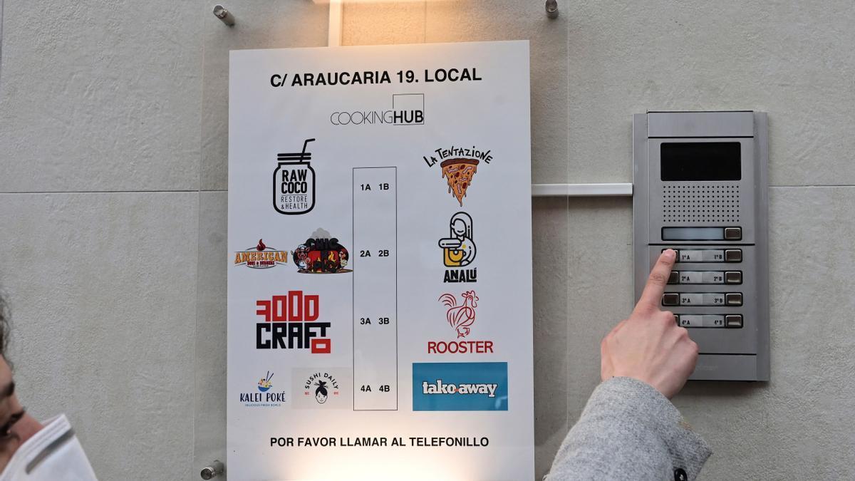 """Una mujer llama al telefonillo de una de las llamadas """"cocinas fantasmas"""" situada en el madrileño barrio de Tetuán"""